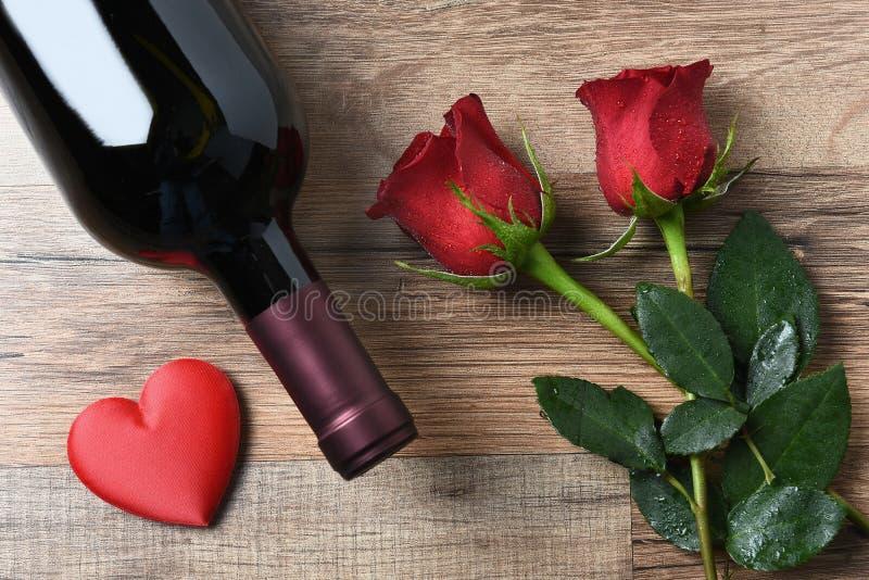 Сердце роз бутылки вина стоковые фотографии rf