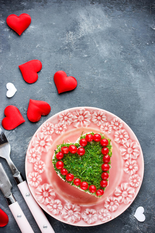 Сердце романтичного салата форменное на день валентинок стоковое изображение