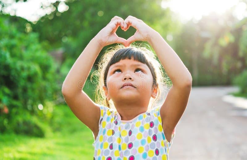 Сердце руки пропуска взгляда детей стоковые фото