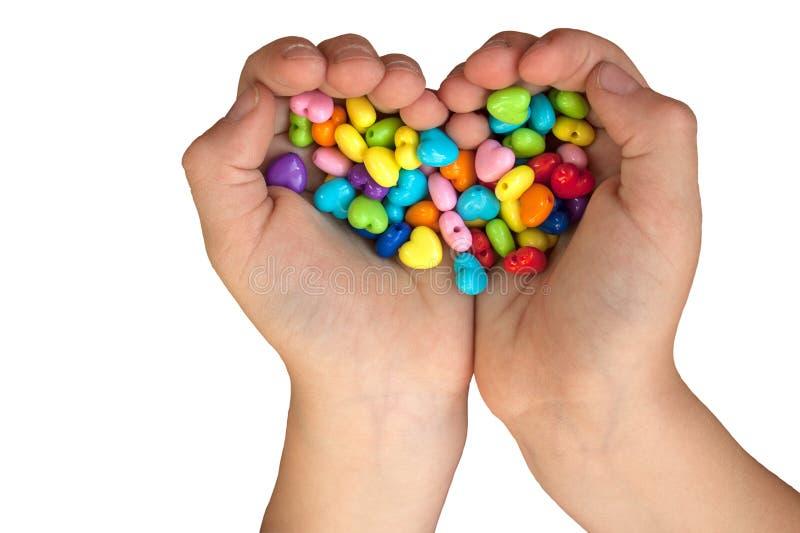 Сердце сформировало шарики в руках изолированных на белизне стоковые фотографии rf