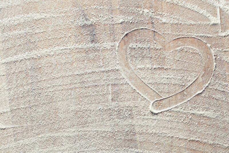 Сердце сделанное от белой муки стоковая фотография