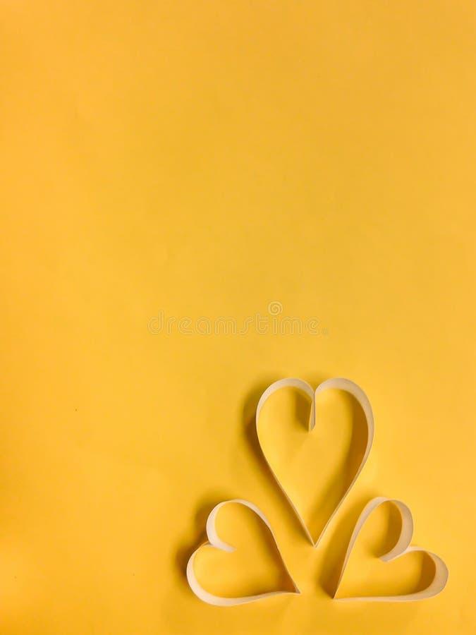 Сердце с желтой предпосылкой стоковое изображение