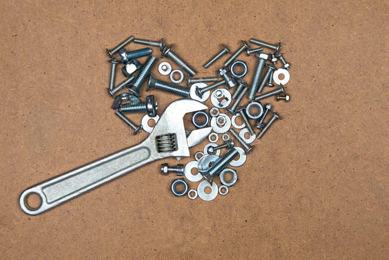 Сердце с ключем от болтов и гаек стоковое изображение