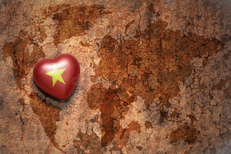 Сердце с национальным флагом Вьетнама на винтажной предпосылке бумаги отказа карты мира стоковое изображение rf