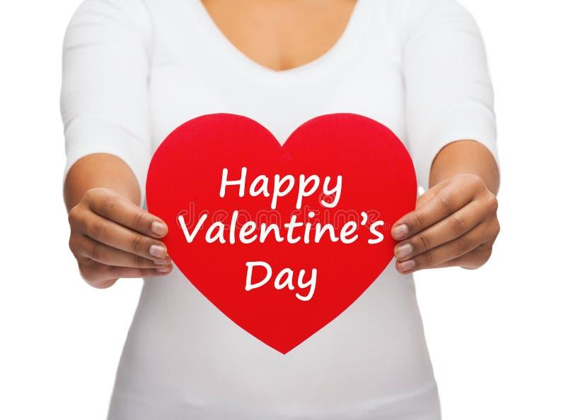 Сердце с счастливым сообщением дня валентинок стоковые изображения