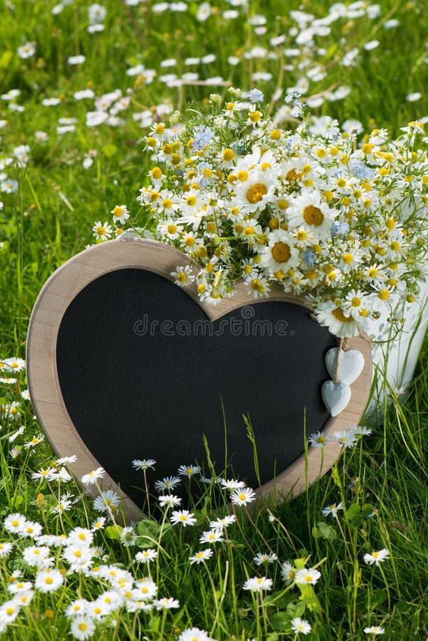 Сердце с цветками весны стоковая фотография rf