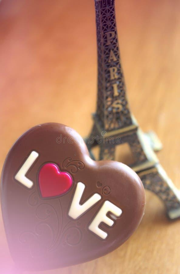 Сердце шоколада на предпосылке Парижа, валентинке, влюбленность, романтичная, стоковые изображения