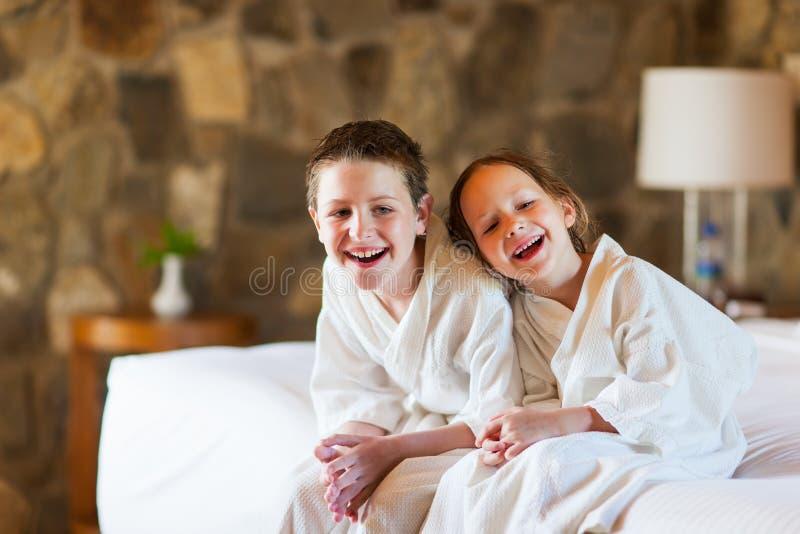сестра брата смеясь над стоковая фотография