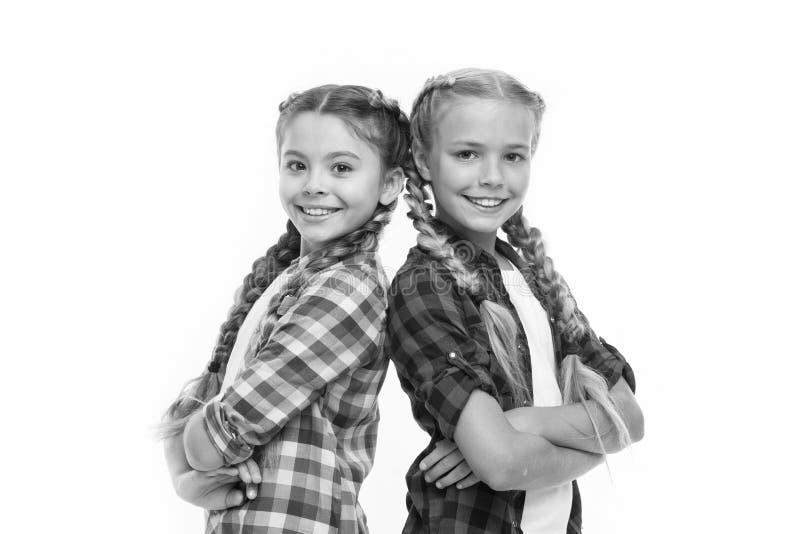 Сестричество безусловная любовь Сестры девушек стоят спина к спине уверенно Поддержка приятельства и сестричество доверия стоковое изображение rf