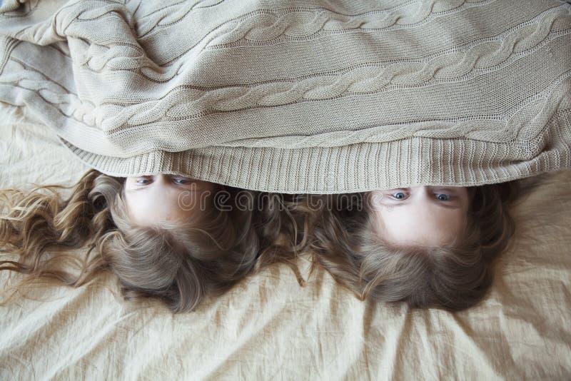 сестры близнецы под одеялом стоковое изображение rf