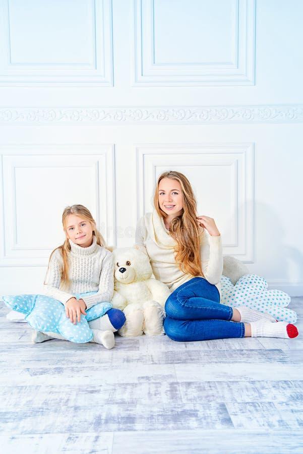2 сестры в белизне стоковая фотография