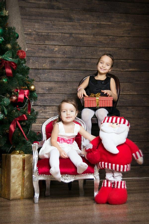 2 сестры в украшениях рождества стоковое фото rf