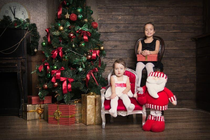 2 сестры в украшениях рождества стоковая фотография rf