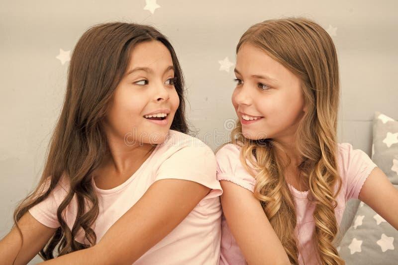 Сестры девушек тратят приятное время для того чтобы связывать в спальне Внушительные добавления иметь сестру Сестры более старые  стоковое фото rf