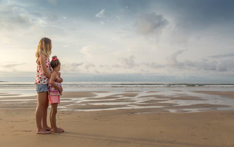 Сестры на seashore стоковое фото