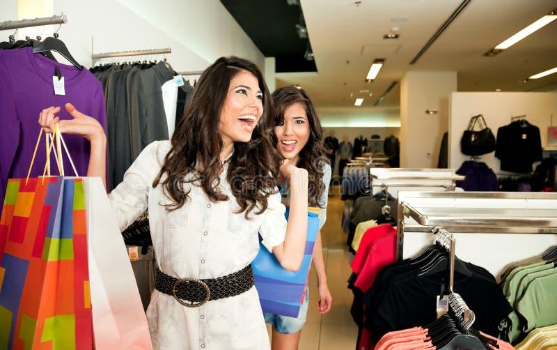 сестры одежд ходя по магазинам стоковые фото