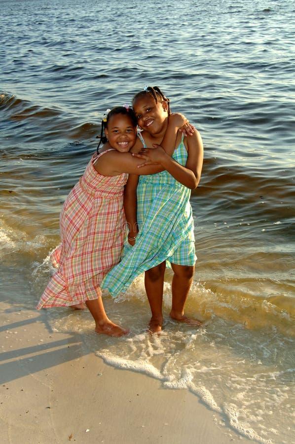 сестры пляжа стоковое изображение