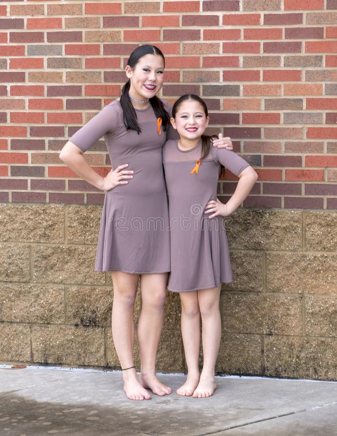 Сестры представляя после их дуэта джаза, конкуренция Amerasian танца стоковое фото rf