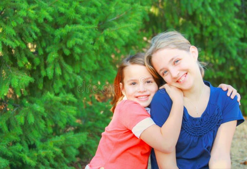 сестры сидя совместно 2 стоковые фотографии rf