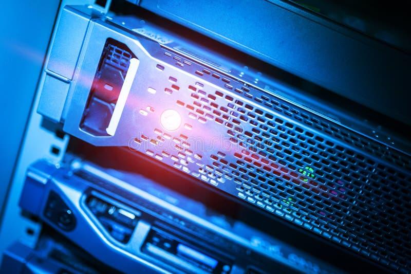 Download Сетевые серверы в комнате комнаты данных отечественной Стоковое Фото - изображение насчитывающей узел, лаборатория: 81812166
