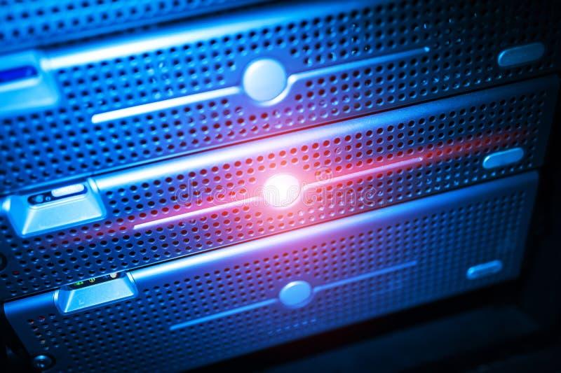 Download Сетевые серверы в комнате комнаты данных отечественной Стоковое Фото - изображение насчитывающей concepts, вычислять: 81812208