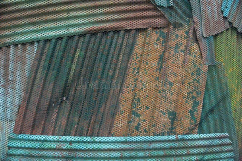 Сети веревочки со старыми листами цинка на предпосылке стоковое фото