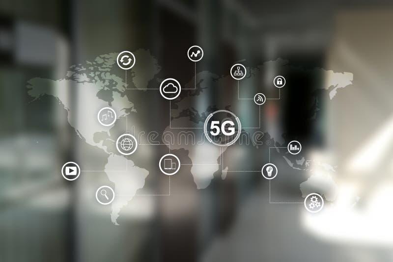 сети 5G и концепция радиосвязи на виртуальном экране с картой и значками мира иллюстрация штока