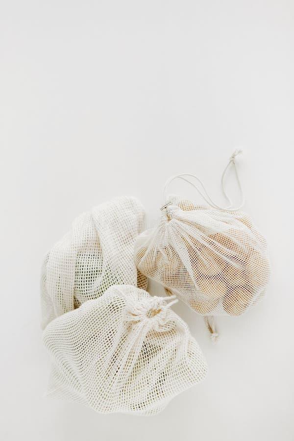 Сетка сумки eco хлопка овощей белая стоковые изображения rf