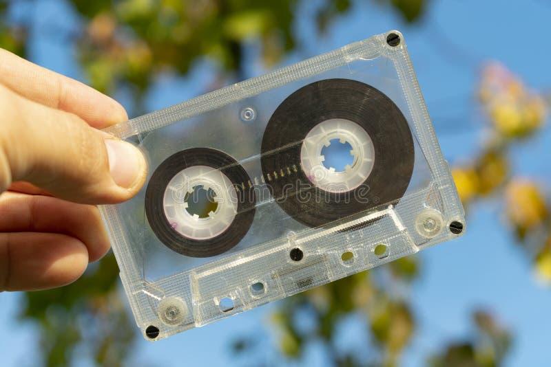 Сетноая-аналогов старая магнитофонная кассета в руке стоковая фотография rf