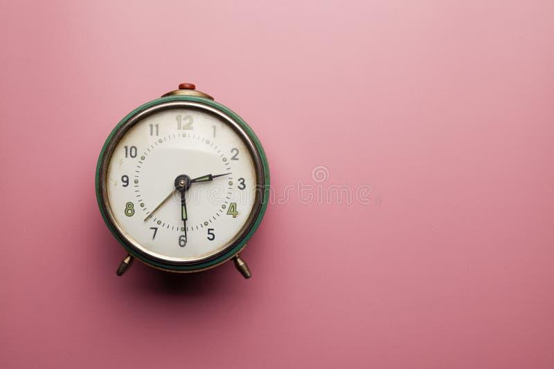 Сетноой-аналогов будильник на розовой предпосылке таблицы стоковые изображения rf