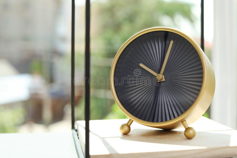Сетноой-аналогов будильник на таблице стоковое фото rf