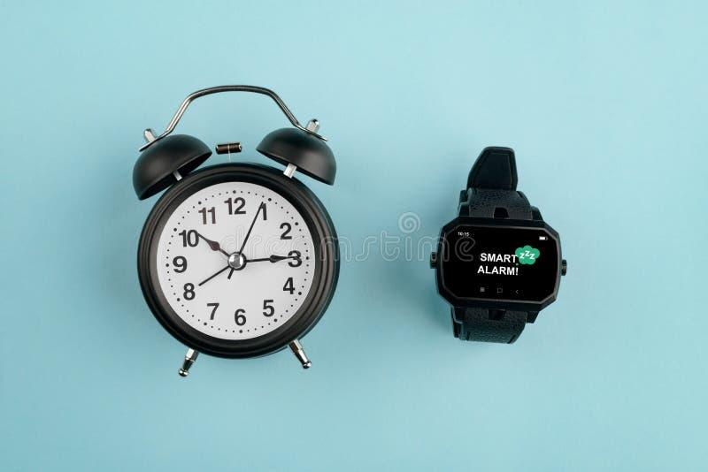 Сетноой-аналогов будильник против дозора стоковая фотография
