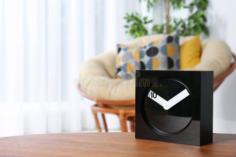 Сетноые-аналогов часы на таблице внутри помещения, космос для текста стоковые изображения rf