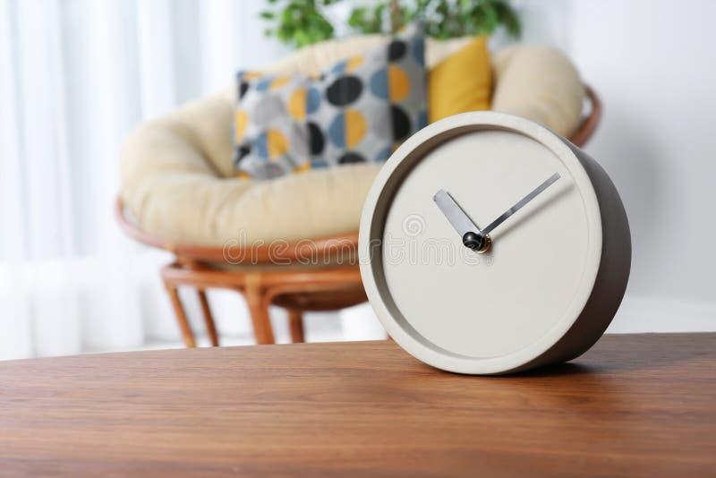 Сетноые-аналогов часы на таблице внутри помещения, космос для текста стоковые фотографии rf