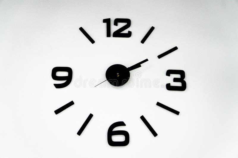 Сетноые-аналогов часы с черными стрелками на белой предпосылке стоковая фотография rf