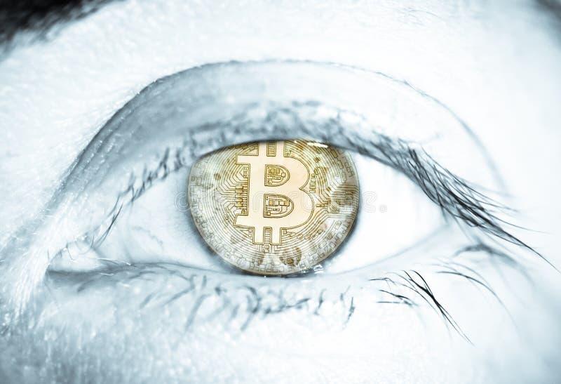 Сетчатка человеческого глаза cryptocurrency монетки Bitcoin Концепция для финансов цифровой технологии blockchain денег электронн стоковое фото