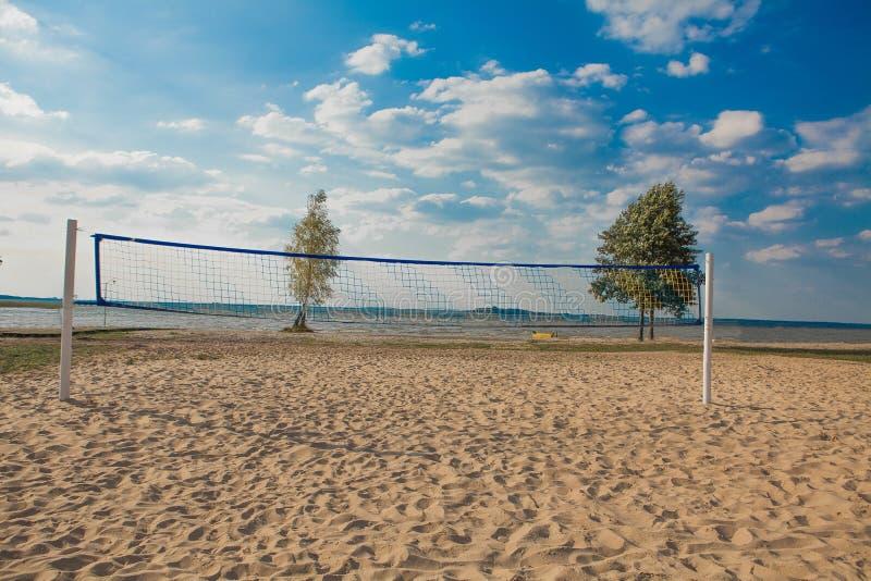 Сеть волейбола пляжа на красивый солнечный день Завершите с пляжем и морем песка стоковое изображение