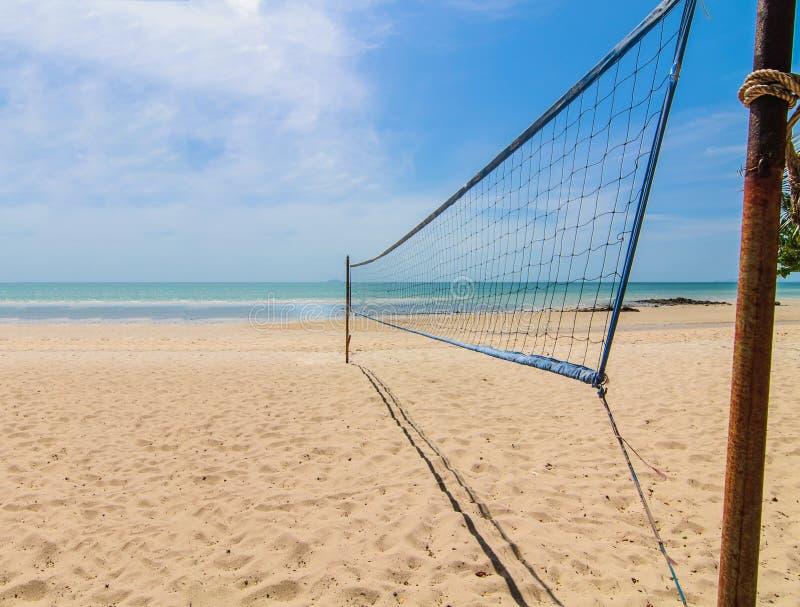 Сеть волейбола пляжа на солнечный день стоковые изображения rf