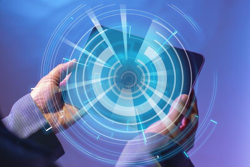 Сеть в цифровом мире использующ человеком с цифровым планшетом Изолированный на будущей концепции цифровой технологии стоковые фото