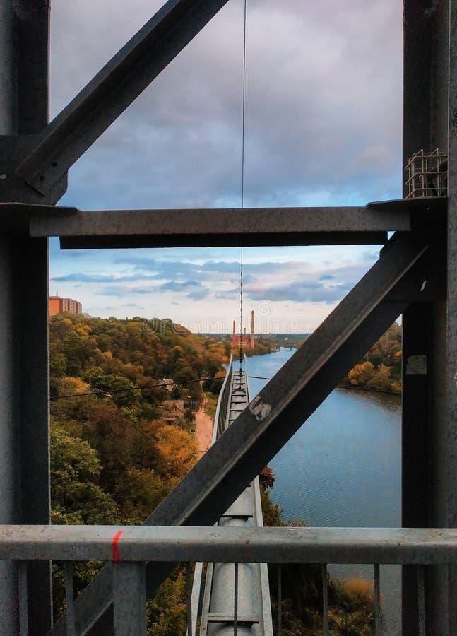 Сеть паука сплетенная пауком на мосте около реки стоковые фотографии rf
