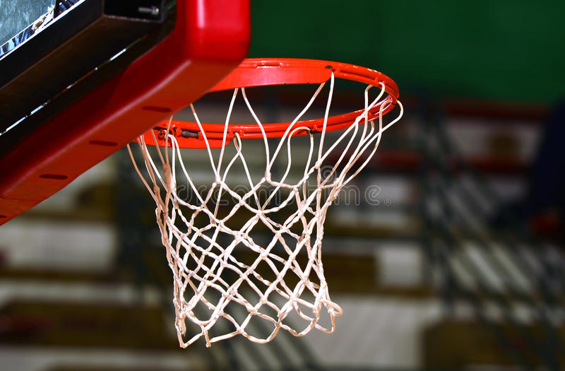 сеть цели баскетбола шарика вводя стоковое изображение