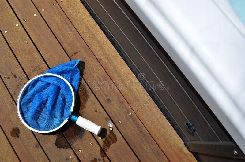Сеть чистки бассейна на деревянный украшать стоковое изображение rf