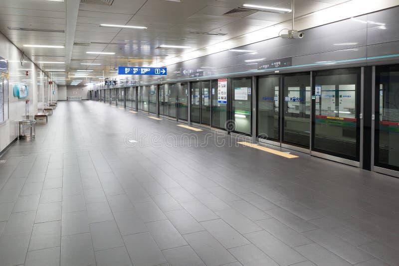 СЕУЛ, КОРЕЯ - 12-ОЕ АВГУСТА 2015: Аккуратная платформа системы метро Сеула сделанной в Сеуле, Южной Корее 12-ого августа 2015 стоковая фотография