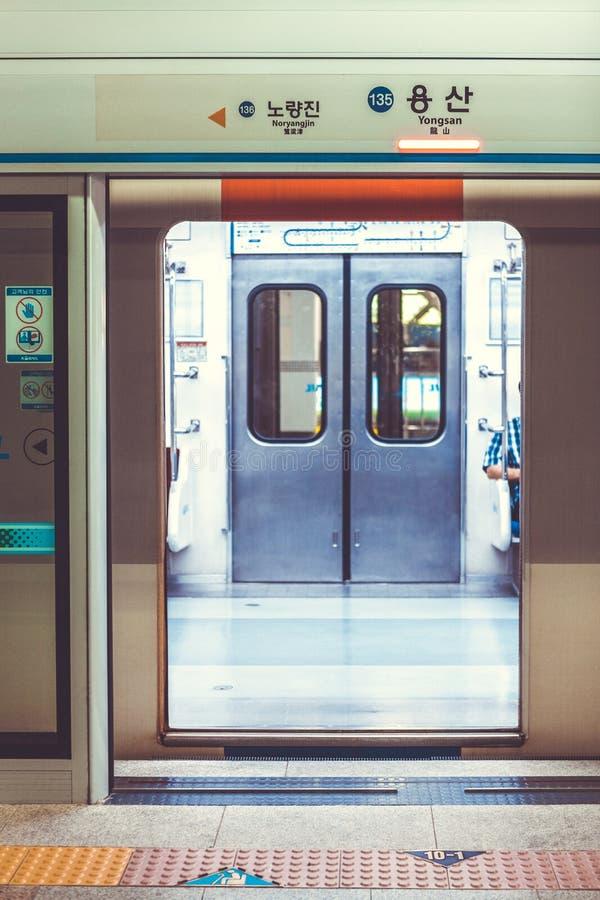 СЕУЛ, ЮЖНАЯ КОРЕЯ - 16-ОЕ АВГУСТА 2015: Автоматические двери к метро быть открыт на станции Yongsan - главном железнодорожном вок стоковые фотографии rf
