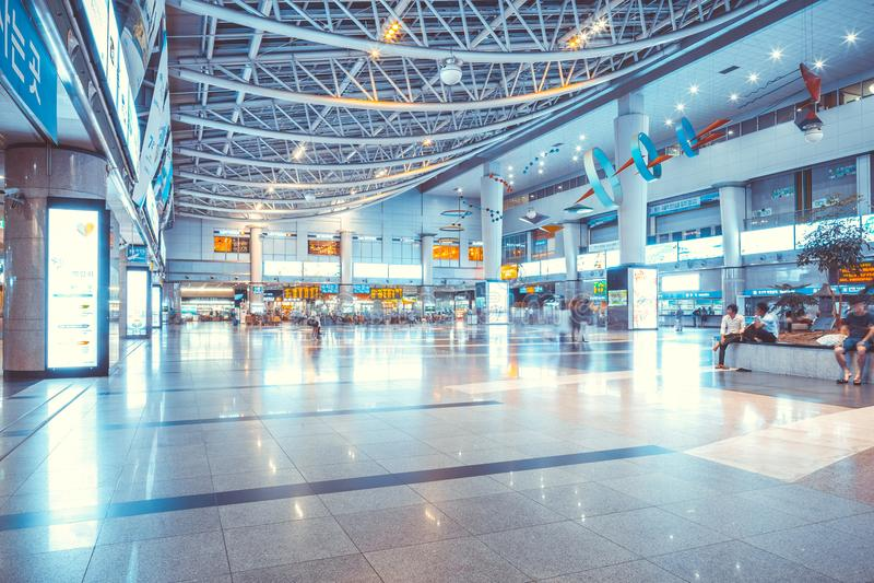 СЕУЛ, ЮЖНАЯ КОРЕЯ - 16-ОЕ АВГУСТА 2015: Люди ждать их поезда после покупать билеты на станции Yongsan - главном st железной дорог стоковая фотография rf