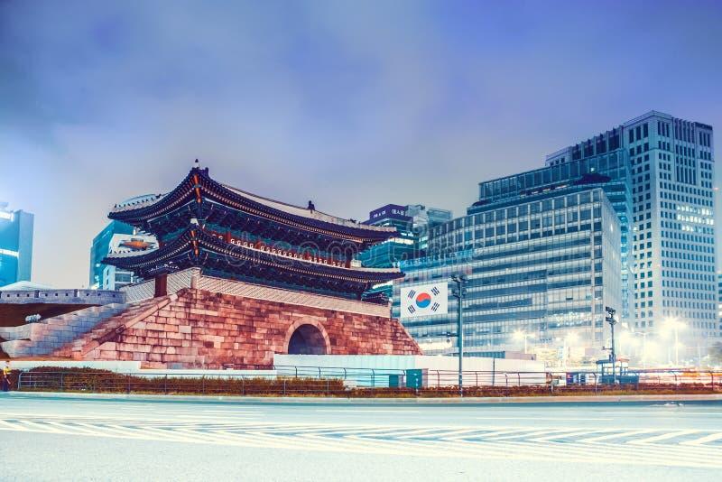 Сеул, Южная Корея - 8-ое августа 2015: Ноча сняла строба Dongdaemun в центре Сеула - Южной Кореи стоковое изображение