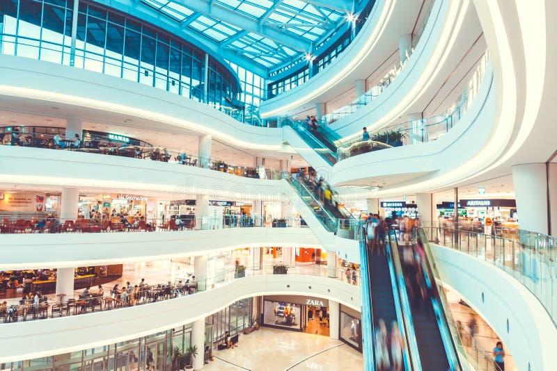 СЕУЛ, ЮЖНАЯ КОРЕЯ - 17-ОЕ АВГУСТА 2015: Серии людей двигая вверх и вниз пока делающ shoping внутри стоковое фото