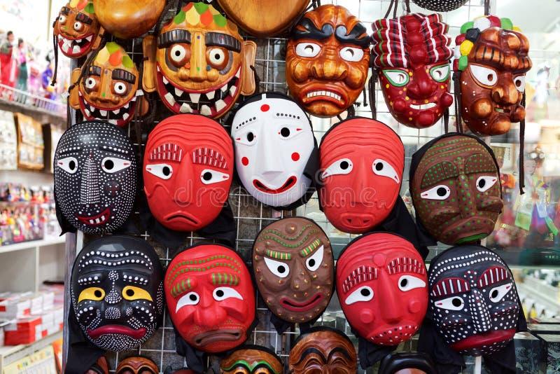 СЕУЛ, ЮЖНАЯ КОРЕЯ - 14-ОЕ АВГУСТА 2015: Традиционные корейские деревянные маски продали в районе Insadong Сеула, Южной Кореи стоковые фотографии rf