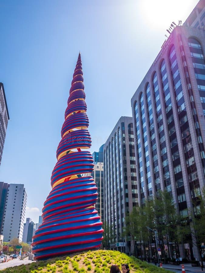 Сеул, Южная Корея - 16-ое апреля 2018: Скульптура весны, расположенная в площади Cheonggye около потока Cheonggyecheon, представл стоковые фото