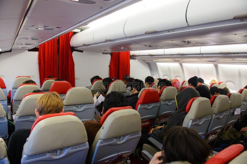 Сеул, Южная Корея - 17-ое декабря 2015: Неопознанные путешественники в тайском интерьере аэробуса A330-300 Air Asia x стоковые фото